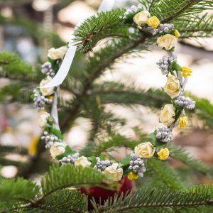 coronita de craciun flori galbene si argintii