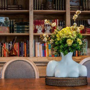 Vaza alba bust flori